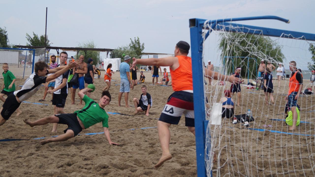 Пляжные гандболисты Крымского и Щербиновского районов выиграли турнир в Ейске